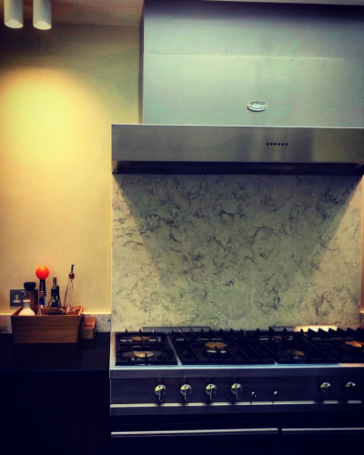 Quartz cooker splashback which offers the natural beauty of marble with the incredible durability of quartz.